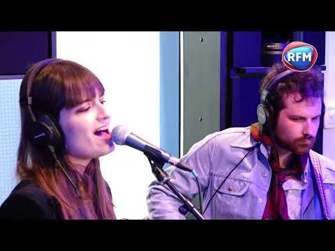 "Clara Luciani Chante ""La Grenade"" Dans Les Studios De RFM"