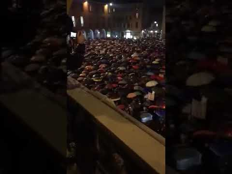 italy-people-protest-by-singing-bella-ciao-in-rain