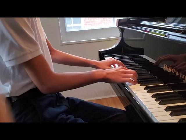 Éleve de piano jouant deux exercices de doigts a 200 au metronome.