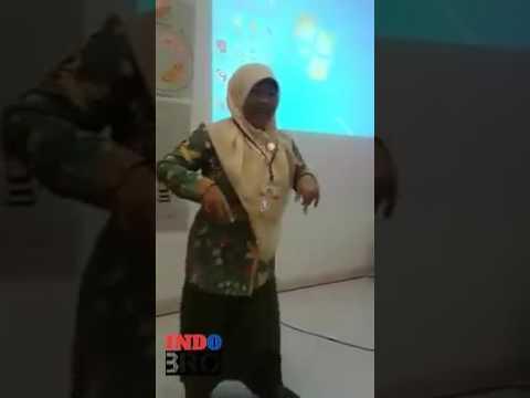 joget lucu ibu guru ini bikin gak bisa nahan ketawa