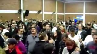Entidade aparece flutuando em igreja