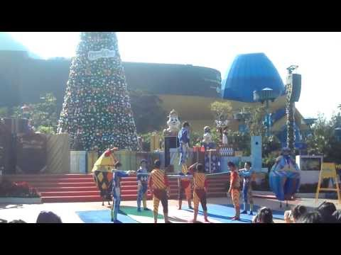 Acrobatics Performance at Waterfront Plaza of Ocean Park! | 2bearbear.com