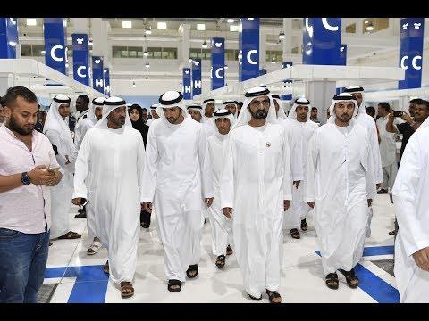 """محمد بن راشد يتفقد """"ماركت الواجهة البحرية"""" بمرفأ الحمرية في دبي"""