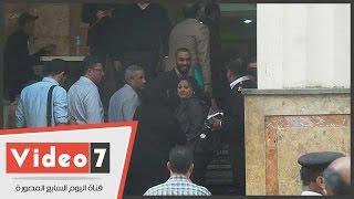 أعضاء نقابة الصحفيين يساندون النقيب خلال جلسة النطق بالحكم