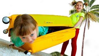Настя хочет играть с игрушками и сестричкой