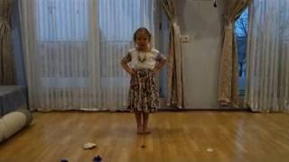 """Уроки музики на домашньому навчанні: Софія співає """"Вийди сонечко"""" і """"Я лисичка"""""""