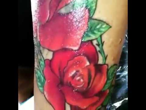 Tatuaje De Rosas Rojas En El Brazo Para Mujer