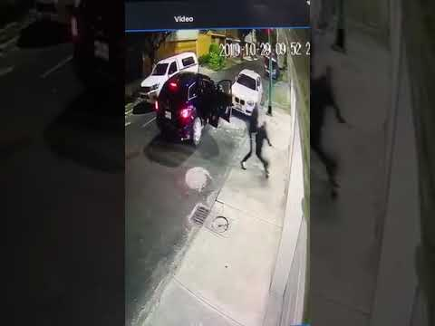 Se salva de asalto y atropella a ladrones en Lindavista
