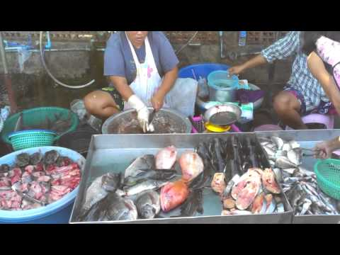 Woman Cleaning Fish at an Open Market in Bangkok.mp4