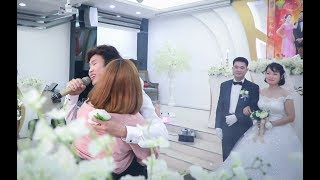 Anh ấy hát lam các cô gái phải chạy lên ôm trước sự ngỡ ngàng của quan khách