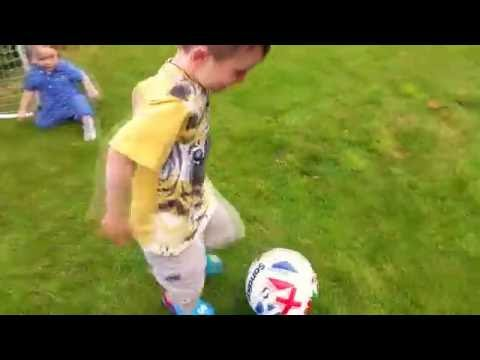 Футбол Игра с мячом самый маленький футболист Playing football and having fun with baby brother