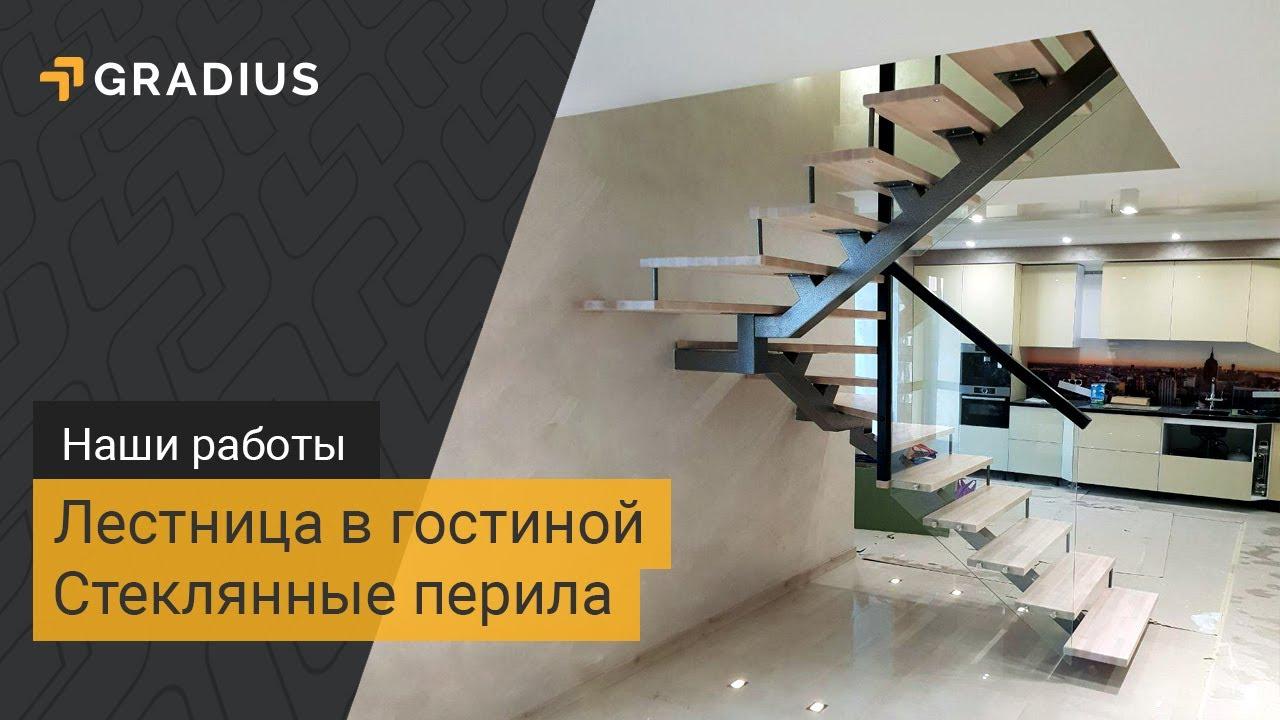 Лестница в гостиной из дерева со стеклянными перилами
