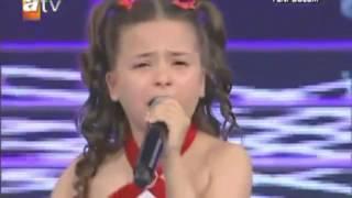 Berna e vogël qan derisa i këndon nënës së saj (Berna Karagözoğlu )