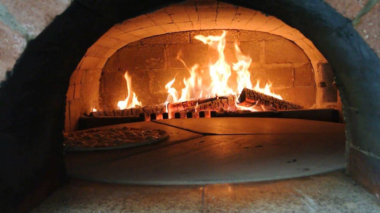 pizzeria de fanti timisoara 3 pizza coapta in cuptor cu lemne youtube. Black Bedroom Furniture Sets. Home Design Ideas