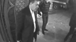 Опубликовано видео, как Янукович убегал из Межигорья с ценностями(Сбор и вывоз антиквариата и других ценных вещей из Межигорья начался еще 19 февраля. Об этом свидетельствуют..., 2014-03-14T05:50:46.000Z)