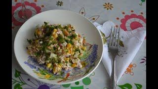 Необычный салат с копченой курицей, омлетом и маринованным луком