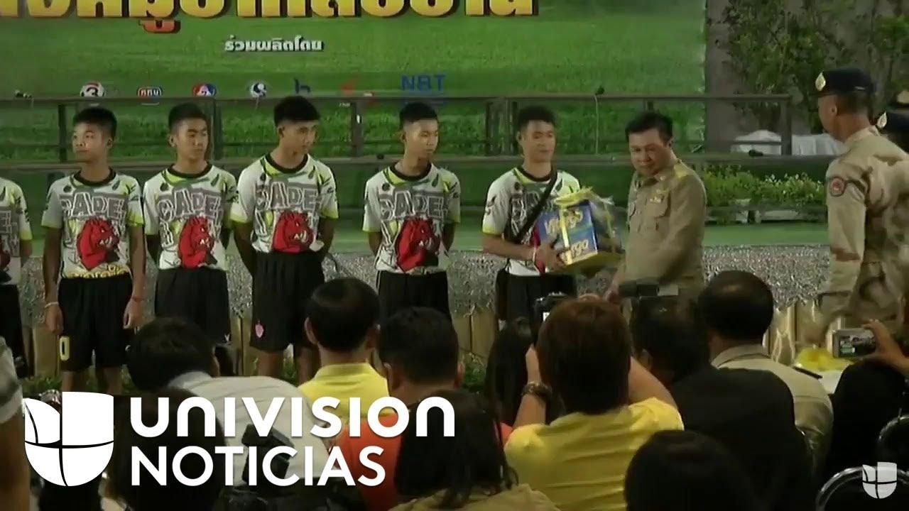 Los 12 niños y su entrenador rescatados de una cueva en Tailandia salen del hospital.