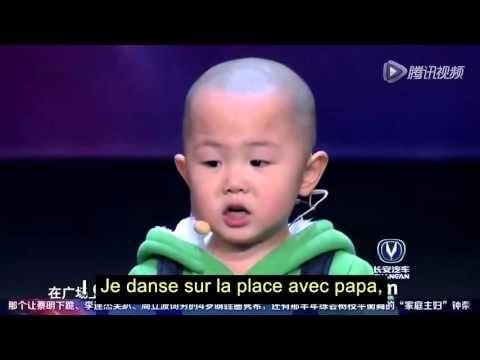 Petit garçon de 3 ans qui danse a la télé