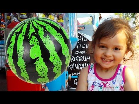 ✿ Vlog Selin: Достаем Мячик попрыгунчик Арбуз из автомата на пляже