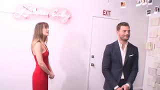 Dakota Johnson e Jamie Dornan comparecem em exibição de Cinquenta Tons de Liberdade
