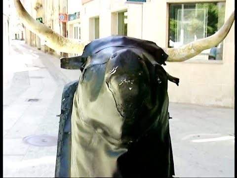 Angry Bull Scares People - Funny Prank
