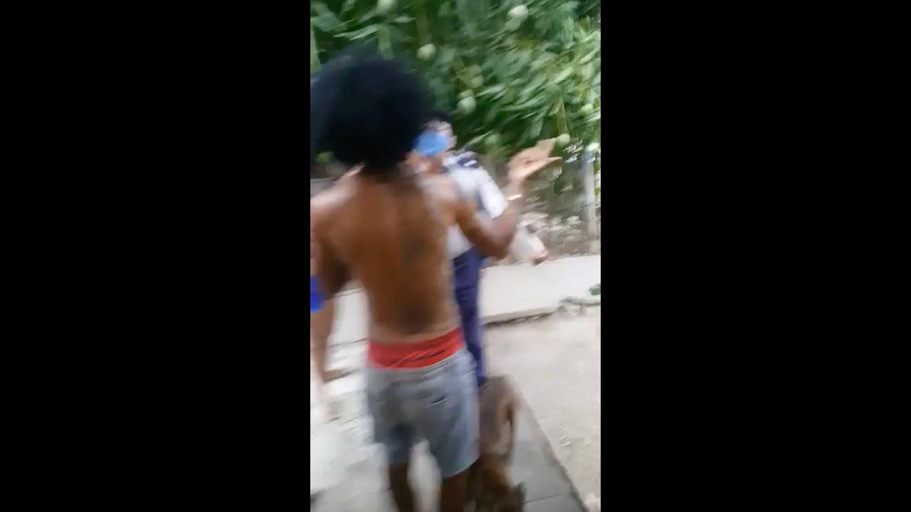 Joven cubano enfrenta a la policía castrista después de multarlo por jugar fútbol