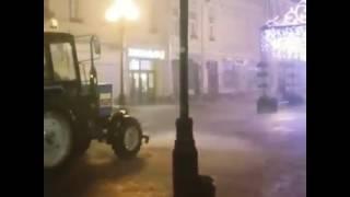 Это Россия, детка! Видео дня - Трактор моет дорогу во время ливня в Москве!(Не секрет, что гроза, обрушившаяся на Москву в ночь на 14 июля, стала настоящим испытанием для всех. Но как..., 2016-07-14T12:45:21.000Z)