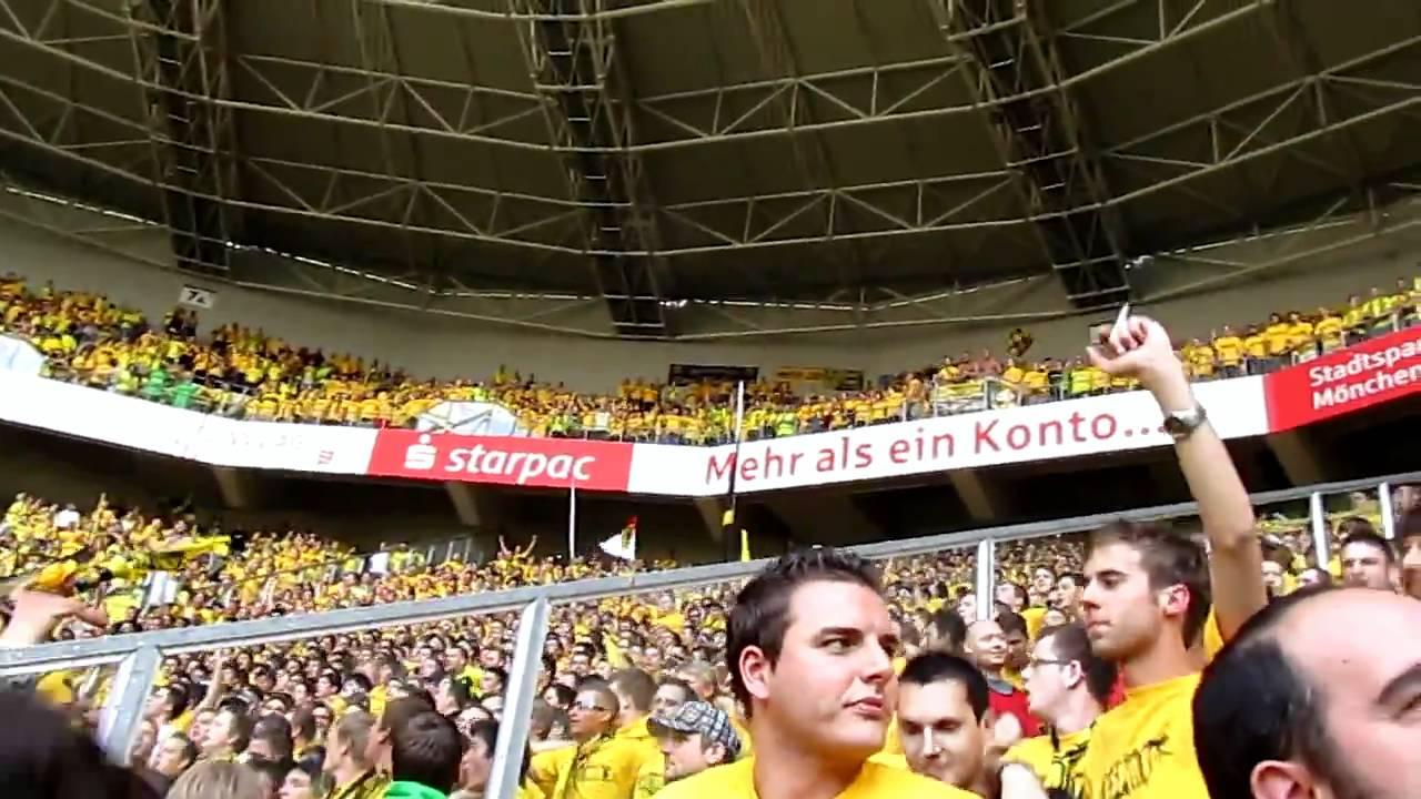 Gladbach vs. Borussia Dortmund: Stimmung Gästeblock (Gelbe Wand unterwegs)