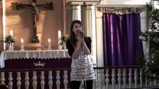 Sara Johanne synger sangen om lys og om fred
