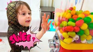 Eva juega con dulces y juguetes infantiles