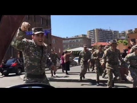 Армянские военные в Ереване присоединяются к протестующим