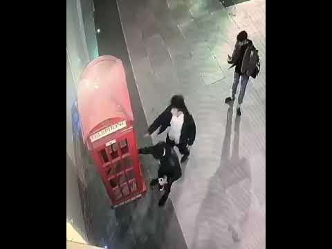 Вандалы сломали телефонную будку по Ленина в Чите