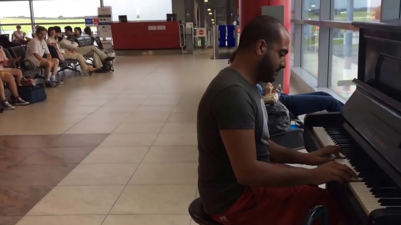 Maan Hamadeh joue du piano dans un aéroport