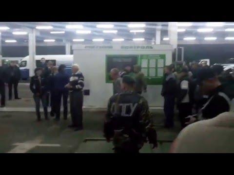 Драка украинцев с пограничниками на польской границе Украинцы массово бегут из Украины Эксклюзив 18+