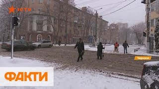 Украину засыпает снегом: как города борются с непогодой