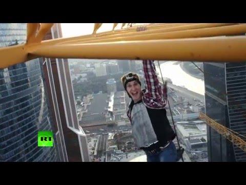 Русский «Человек-паук»: экстремал прыгнул с башенного крана в центре Москвы