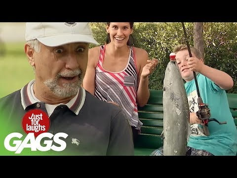Versteckte Kamera - Kind fängt Fisch in Pfütze