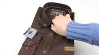 Рубашка с длинным рукавом — один из самых простых и понятных предметов мужского гардероба. Модные тренды обычно касаются скорее силуэта, нежели расцветки рубашки: например, в деловом стиле сегодня чаще используются приталенные изделия с неширокими рукавами и чуть заниженной.