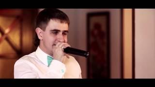 Жених поёт для невесты.