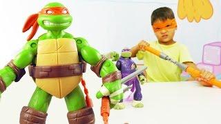 Черепашки ниндзя. Видео с игрушками для детей. Игра с героями против динозавра(Черепашки ниндзя в нашем новом видео для детей! Они как всегда бесстрашно сражаются с динозавром. Но Диноза..., 2016-08-03T06:23:16.000Z)