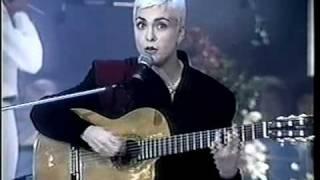 """Baixar Adriana Calcanhotto canta """"Namoradinha de um amigo meu"""" (Roberto e Erasmo) - 1995"""