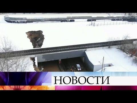Смотреть Из-за провала грунта в одном из шлюзов канала имени Москвы затопило Тушинский тоннель. онлайн