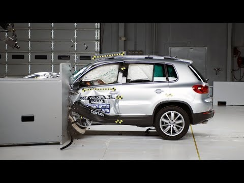 2013 Volkswagen Tiguan driver-side small overlap IIHS crash test