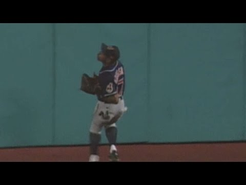 WS1997 Gm6: Grissom makes a basket catch in center