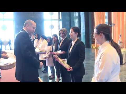 Cumhurbaşkanı Erdoğan Kadın Külliye Çalışanlarına Çiçek Verdi