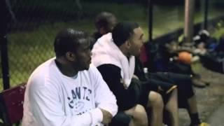 Il se déguise en papy et humilie des jeunes au basket thumbnail