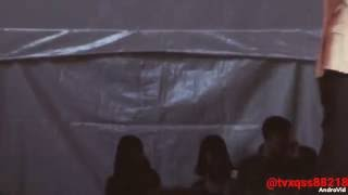 前夜祭でステージ脇にてスタンバイ中のユノ(∵) ステージを降りてきたイ...