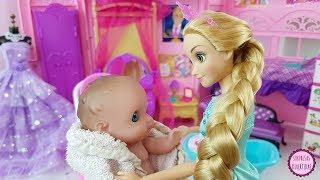Rapunzel cuida del Bebé Lil' Cutesies la habitación de princesas Barbie