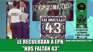 En la entrega de Premios de Investigación le recuerdan a EPN que 'Nos Faltan 43'