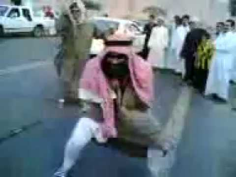 Funny Arabic Dance Studpid Guy Dance At The Middle Of The Road